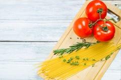 蕃茄、香料和未煮过的面团 免版税图库摄影
