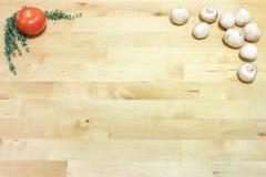 蕃茄、麝香草和蘑菇在木板背景 健康素食主义者,素食主义者,面筋自由饮食概念 文本的空间 免版税库存图片