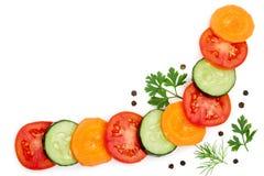 蕃茄、黄瓜和红萝卜切片用在与拷贝空间的白色背景隔绝的香料您的文本的 库存图片