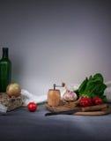 蕃茄、黄瓜菜和莴苣沙拉在白色背景 文本的空间 库存照片
