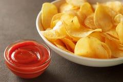 蕃茄与酥脆土豆片的垂度调味汁在碗 免版税库存照片
