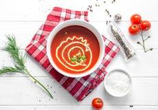 蕃茄与马约角, topview的蓬蒿汤 免版税库存照片