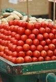 蕃茄两个轮子汽车在传统市场上 免版税图库摄影