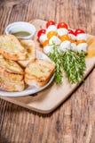 蕃茄乳酪和面包开胃菜 库存图片