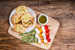 蕃茄乳酪和面包开胃菜 库存照片