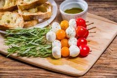 蕃茄乳酪和面包开胃菜 免版税库存照片