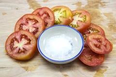 蕃茄切片和盐 免版税图库摄影