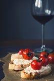 蕃茄和乳酪开胃菜用酒 免版税库存照片