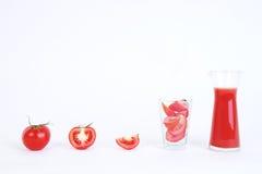 蕃茄和切的蕃茄为西红柿汁做准备 免版税库存图片
