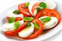 蕃茄和无盐干酪沙拉 免版税库存照片