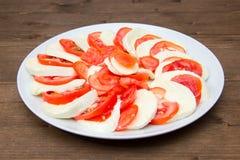 蕃茄和无盐干酪 图库摄影