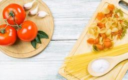 蕃茄和未煮过的被分类的面团 库存照片