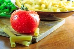 蕃茄和未煮过的通心面 免版税库存照片