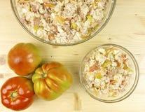 蕃茄和简单的米沙拉在一个透明碗在木头 库存照片