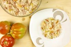 蕃茄和简单的米沙拉在一个透明碗在木头 库存图片
