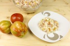 蕃茄和简单的米沙拉在一个透明碗在木头 免版税图库摄影