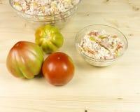 蕃茄和简单的米沙拉在一个透明碗在木头 图库摄影