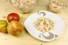 蕃茄和简单的米沙拉在一个透明碗在木头 免版税库存照片