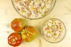 蕃茄和简单的米沙拉在一个透明碗在木头 免版税库存图片