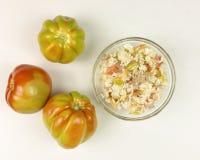 蕃茄和简单的米沙拉在一个透明碗在白色 免版税库存图片