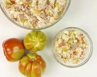 蕃茄和简单的米沙拉在一个透明碗 免版税库存图片