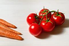 蕃茄和红萝卜 库存照片