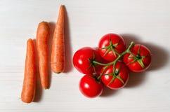蕃茄和红萝卜 库存图片