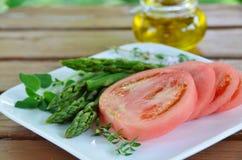 蕃茄和芦笋沙拉 库存图片