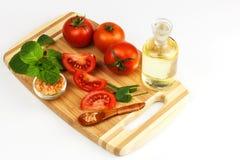 蕃茄和草本在厨房板 健康食物的准备 未加工的蔬菜 在一个空白背景 库存图片