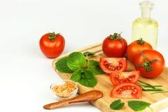 蕃茄和草本在厨房板 健康食物的准备 未加工的蔬菜 在一个空白背景 免版税库存照片