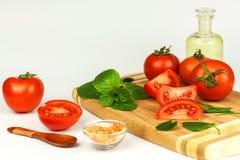 蕃茄和草本在厨房板 健康食物的准备 未加工的蔬菜 在一个空白背景 免版税库存图片