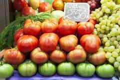 蕃茄和葡萄在水果市场上 免版税图库摄影
