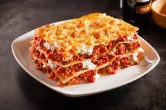 蕃茄和绞细牛肉烤宽面条用乳酪 库存图片