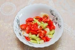 蕃茄在低谷阿塞拜疆人沙拉里面的黄瓜沙拉 免版税图库摄影
