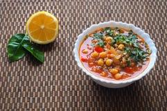 蕃茄汤用鸡豆和菜 阿拉伯烹调 快餐在赖买丹月 库存照片