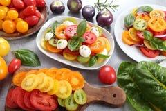 蕃茄沙拉和五颜六色的蕃茄 库存图片