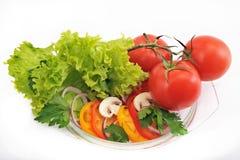 蕃茄沙拉用葱以子弹密击在白色背景的蘑菇 库存图片