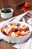 蕃茄烘烤用乳酪希脂乳,熏制的香肠,草本,橄榄 免版税库存照片