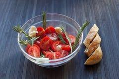 蕃茄用在盘的大蒜 免版税库存图片