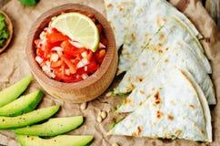 蕃茄辣调味汁, Pico与香菜pesto油炸玉米粉饼的de加洛, 免版税库存图片