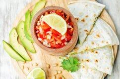 蕃茄辣调味汁, Pico与香菜pesto油炸玉米粉饼的de加洛, 图库摄影