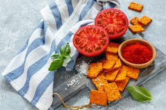 蕃茄面包用辣椒粉和海盐 图库摄影