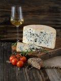 蕃茄,乳酪,雀跃,面包,一杯在木bac的酒 免版税库存照片