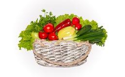 蕃茄,沙拉,黄瓜,绿色,葱,红色,胡椒,夏南瓜,在柳条筐的萝卜 免版税库存照片