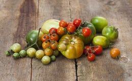 蕃茄,烹调用保存的草本在老木头 免版税库存照片