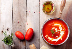 蕃茄,红辣椒汤,调味汁用迷迭香 免版税库存照片