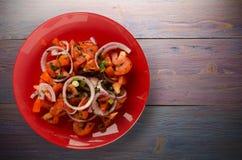 蕃茄,葱,在一块板材的茴香在木背景 免版税库存照片