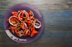 蕃茄,葱,在一块板材的茴香在木背景 库存照片