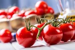 蕃茄 蕃茄 鸡尾酒蕃茄 与橄榄油的新鲜的葡萄蕃茄玻璃水瓶 免版税库存图片