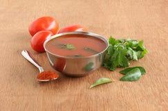 蕃茄Rasam南印地安素食半流质的盘 图库摄影